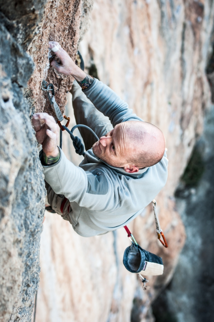 Nik Summers in his optimal operating space during send of Madre Salvaje, 7c+